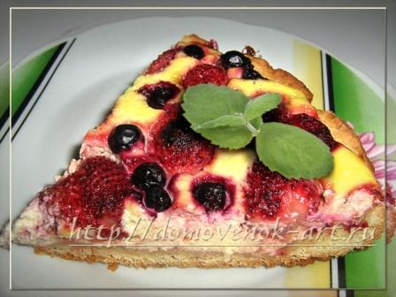 Простой пирог с творогом и клубникой