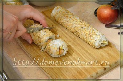Нарезаем роллы с креветками
