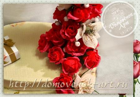 konfetnyj-buket-iz-roz-kreplenie-cvetov-u-osnovy