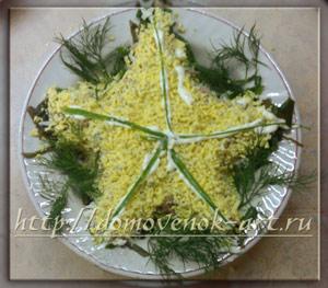 слоеный салат с морской капустой и рыбкой