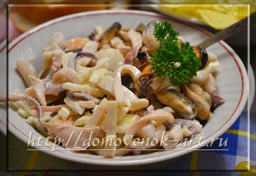 Вкусный салат из кальмаров и мидий
