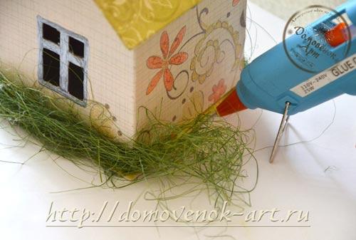 domik-shkatulka-iz-kartona-trava-dekor