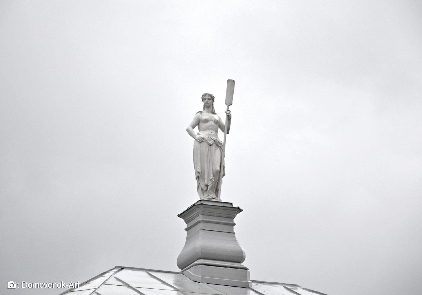 Статуя девушки с веслом на Ботном доме. Петропавсловская крепость