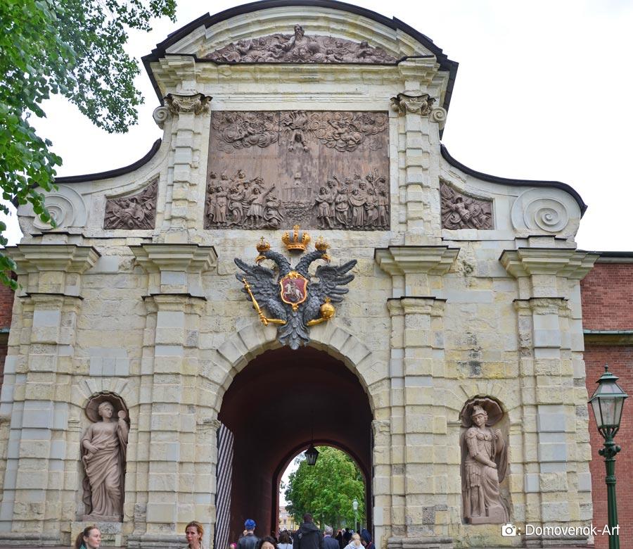 Петровские ворота при входе в Петропавловскую крепость