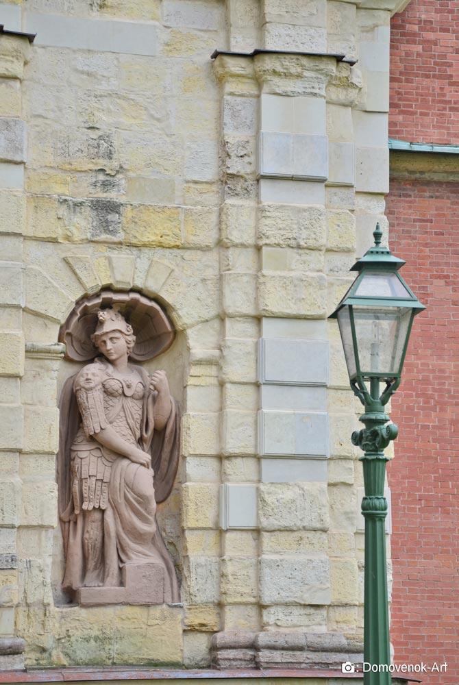 Статуя Храбрость на входе в Петропавловскую крепость