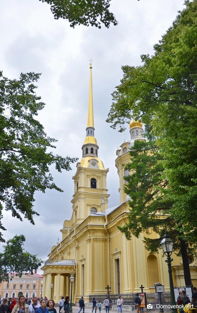 Собор и усыпальница внутри Петропавловской крепости в Санкт-Петербурге