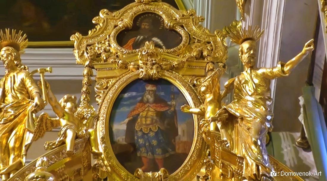 Ангел с молотком и ангел с клещами в Петропавловском соборе